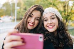 Selfie女孩在城市 免版税图库摄影