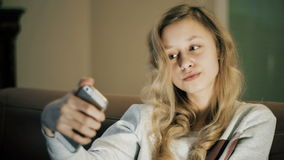 Selfie女孩 拍照片的孩子使用智能手机