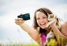 Selfie妇女和猫 免版税库存图片