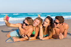 Selfie小组一个热带海滩的旅游朋友 图库摄影