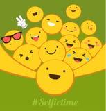 Selfie时间 黄色微笑用采取selfie的不同的情感 社会网络的平的设计, blogging 免版税图库摄影