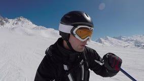 Selfie滑雪者滑雪的画象在山的在冬天 股票录像