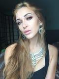 Selfie美丽的年轻亭亭玉立的女孩 免版税库存照片