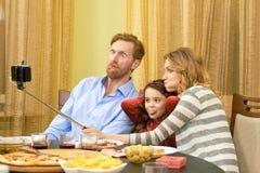 Selfie,做滑稽的面孔的家庭 免版税库存图片