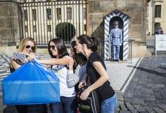 Selfie,改变卫兵,布拉格城堡 免版税库存照片