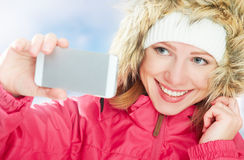 Selfie,自已 一激活寒假图片的愉快的女孩的她自己在电话 库存图片