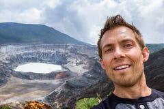 Selfie με το ηφαίστειο Poas στο υπόβαθρο Στοκ Φωτογραφίες