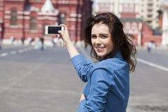 Selfie, νέο όμορφο κορίτσι που φωτογραφίζεται σε ένα τηλέφωνο κυττάρων Στοκ Φωτογραφίες