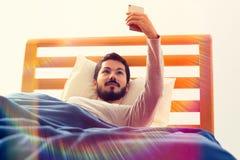 Selfie που βρίσκεται στο κρεβάτι Στοκ φωτογραφία με δικαίωμα ελεύθερης χρήσης
