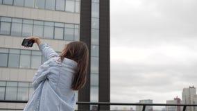 Selfie στη στέγη ενός brunette απόθεμα βίντεο