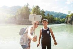 Selfie στο κινητό τηλέφωνο με το ραβδί Στοκ φωτογραφία με δικαίωμα ελεύθερης χρήσης