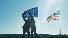 Selfie στο υπόβαθρο της σημαίας της ΕΕ και της σημαίας της Αμερικής απόθεμα βίντεο