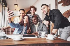 Selfie των νέων χαμογελώντας εφήβων που έχουν τη διασκέδαση από κοινού Καλύτεροι φίλοι που παίρνουν selfie υπαίθρια με Ευτυχής στοκ φωτογραφία με δικαίωμα ελεύθερης χρήσης