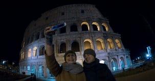 Selfie των τουριστών ενάντια σε Coliseum τη νύχτα απόθεμα βίντεο