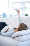 Selfie беременной женщины щелкая используя smartphone дома Стоковое Изображение RF