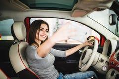 Selfie взятия женщины в автомобиле на выставочном зале Стоковое Изображение RF