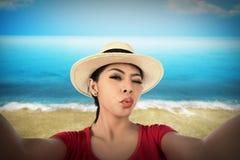 Selfie взятия женщины на пляже Стоковые Фотографии RF