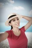 Selfie взятия женщины на пляже Стоковые Фото
