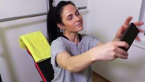 Selfie взятия женщины на тренируя машине сток-видео