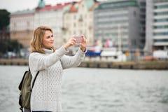 Selfie взятия женщины на улице Стоковые Фотографии RF