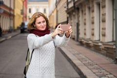 Selfie взятия женщины на улице Стоковое Изображение RF