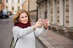 Selfie взятия женщины на улице Стоковые Изображения RF
