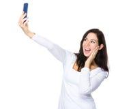 Selfie взятия женщины на умном телефоне Стоковые Изображения RF