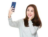 Selfie взятия женщины Стоковое Изображение RF