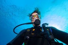 Selfie водолаза акваланга молодого человека стоковое фото