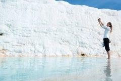 Selfie в бассейне травертина на Pamukkale, Турции Стоковая Фотография