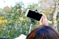 Selfie в парке умным телефоном стоковая фотография