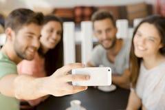 Selfie группы на кофейне стоковые фото