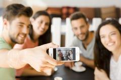 Selfie группы на кофейне стоковое фото