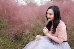Selfie девушки милой азиатской китайской женщины красивое на открытом воздухе сидит на лужайке травы в саде парка для того чтобы  стоковая фотография
