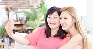 Selfie дочери с матерью Стоковое Изображение
