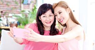 Selfie дочери с матерью Стоковое Изображение RF
