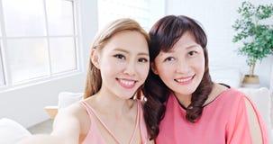 Selfie дочери с матерью Стоковые Изображения RF