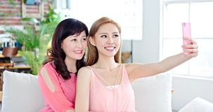 Selfie дочери с матерью Стоковые Фотографии RF