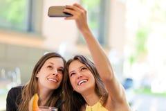 Selfie, девушки принимая фото theirselves Стоковые Фотографии RF
