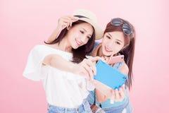 Selfie женщины 2 красот счастливо стоковое фото