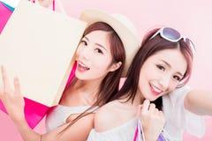 Selfie 2 женщин красоты счастливо стоковое изображение
