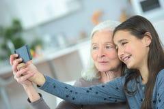 Selfie 2 женщин поколения делая смешное совместно Стоковая Фотография