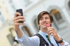 Selfie красивого молодого человека есть мороженое Стоковые Фотографии RF