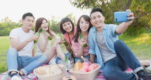Selfie людей счастливо стоковая фотография rf