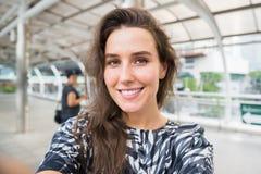 Selfie молодой женщины в городе стоковое изображение rf