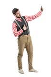Selfie молодого бородатого битника модельное принимая с большими пальцами руки вверх стоковые фото