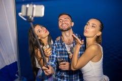 Selfie на предпосылке озера Стоковое Изображение RF