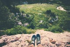 Selfie ноги путешественника идущих ботинок ослабляя на скале Стоковое Изображение RF