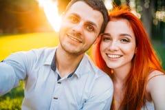 Selfie пар влюбленности на заходе солнца, романтичной дате Стоковое фото RF