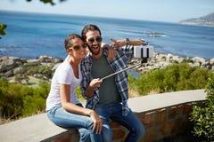 Selfie пар принятое около океана стоковая фотография